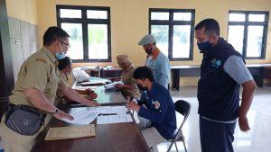 Irfan Winanda Pratama menandatangani berita acara penyerahan bantuan bibit ikan nila (Dok. katartegal.com)